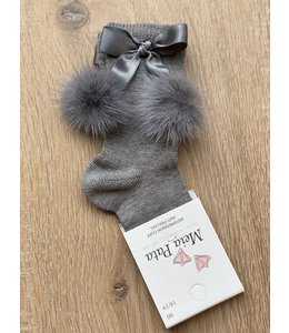 MEIA PATA | Kniekousje met zijden strik en 2 fur pompoms - Grijs