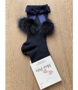 MEIA PATA | Kniekousje met zijden strik en 2 fur pompoms - Marineblauw