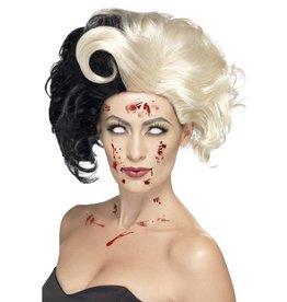 Deluxe Evil Madame Pruik, zwart met witte lokken.