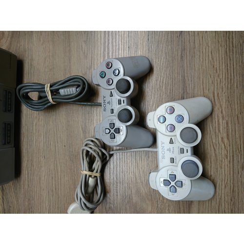 Sony Playstation 1 - 2 controllers