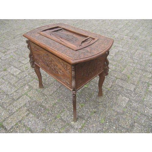 borduur tafeltje antiek met veel houtsnijwerk