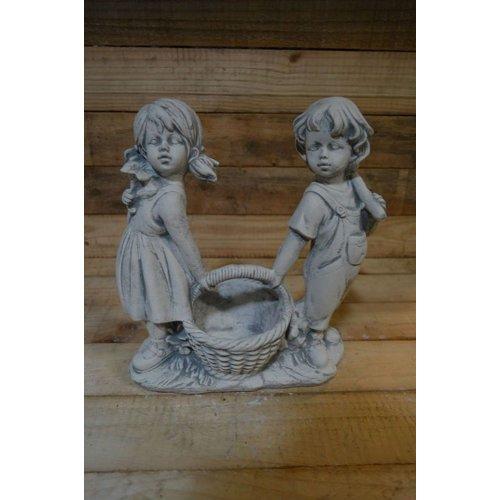 jongen en meisje met plantenbakje