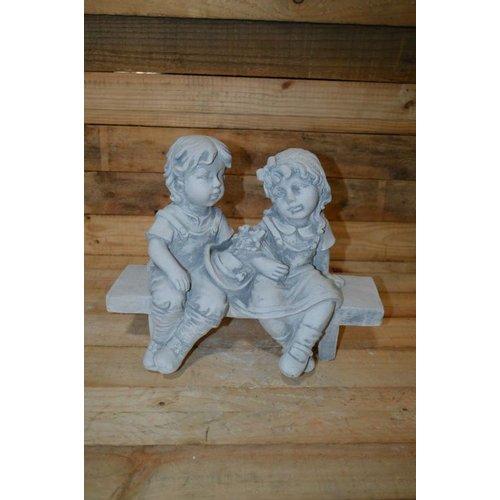 jongen en meisje op de bank