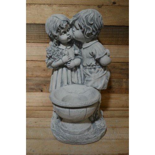 Jongen en meisje met een plantenbakje