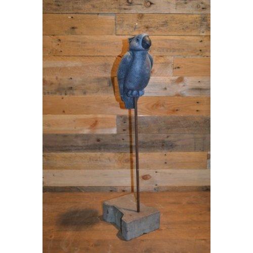 Papegaai op een standaard in stone kleur