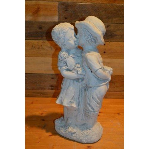 Jongen en meisje geven een kusje