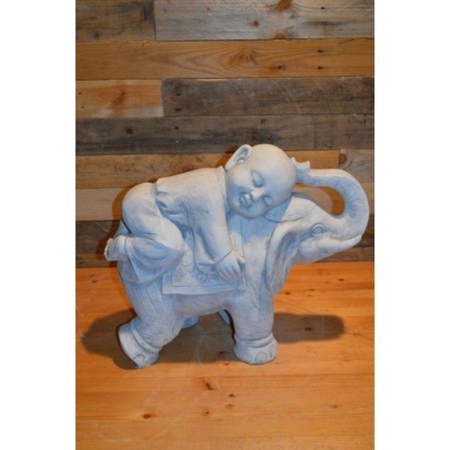 Monnik liggende op een olifant-1