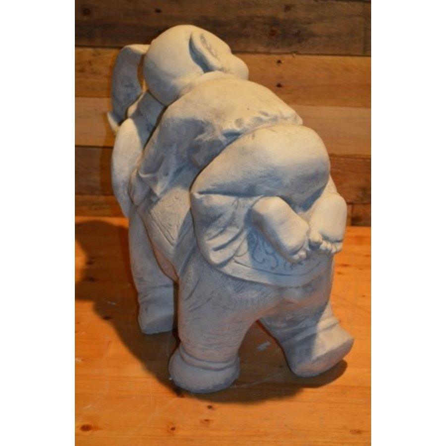 Monnik liggende op een olifant-4