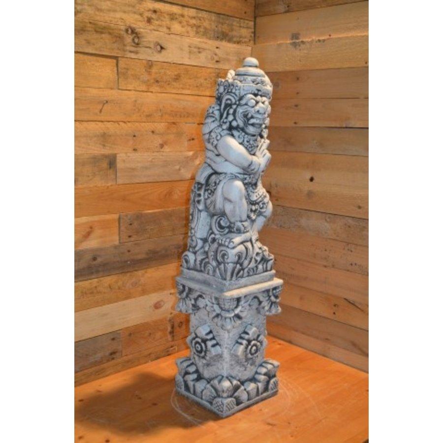 Balinese tempelwachter rechts kijkend + pilaar-2