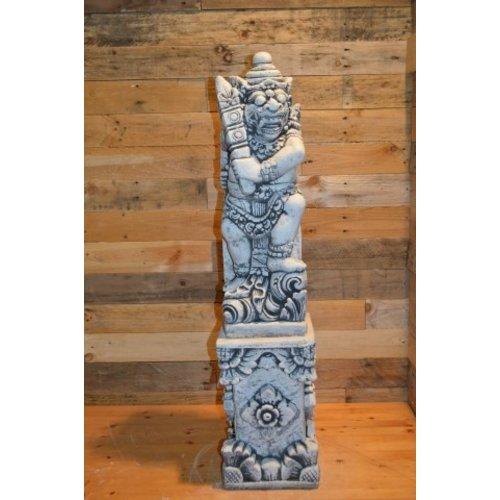 Balinese tempelwachter links kijkend + pilaar