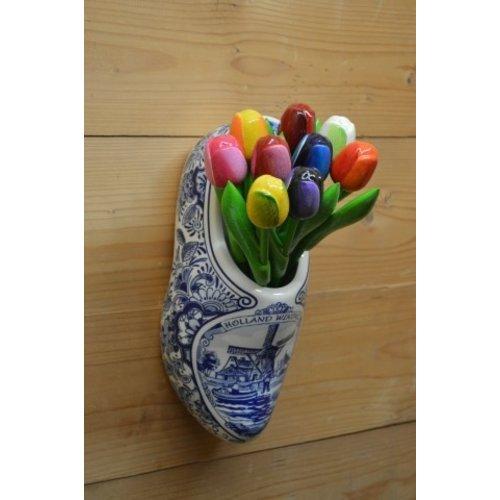 Klomp van aardewerk met houten tulpen