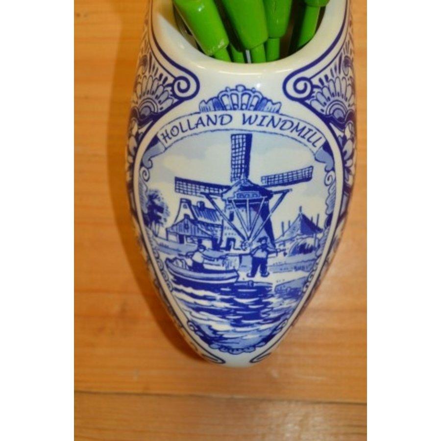 Klomp van aardewerk met houten tulpen-4