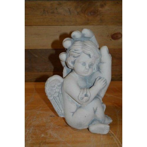 Engel zittend in een hand