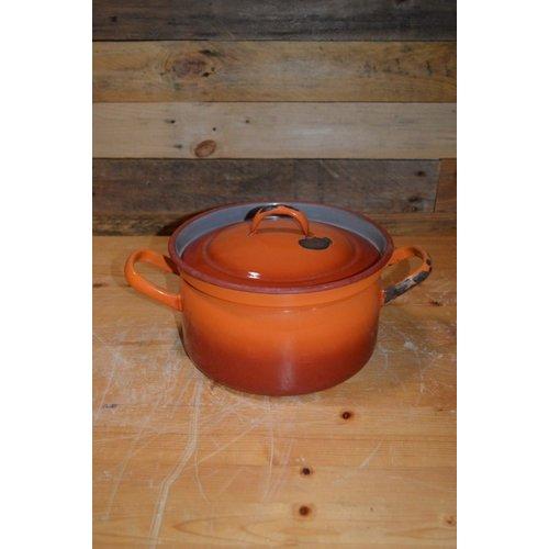 Oranje geëmailleerde soeppan