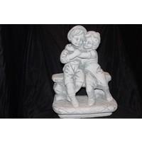 thumb-Jongen en meisje knuffelend  op het bankje-1