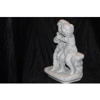 thumb-Jongen en meisje knuffelend  op het bankje-3