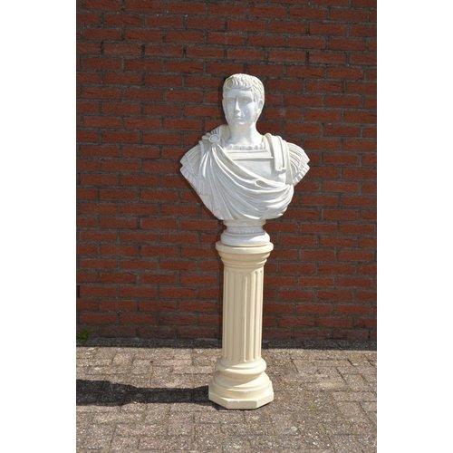 Caesar buste op pilaar