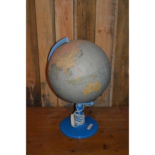 Retro globe met papier kaart