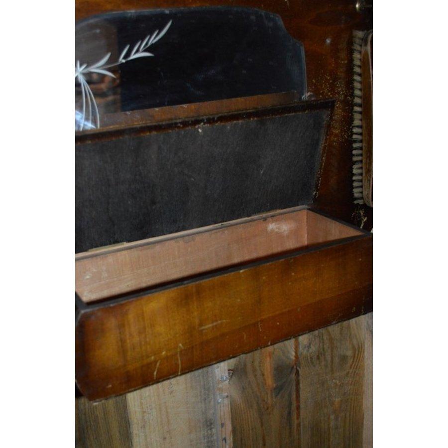 Garderobe met borstels en sierlijke spiegel-6