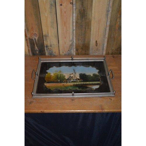 Oud dienblad waar het glas van is beschilderd