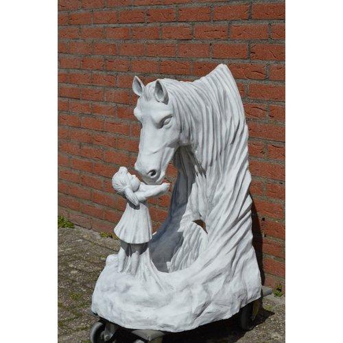 Meisje geeft paard water
