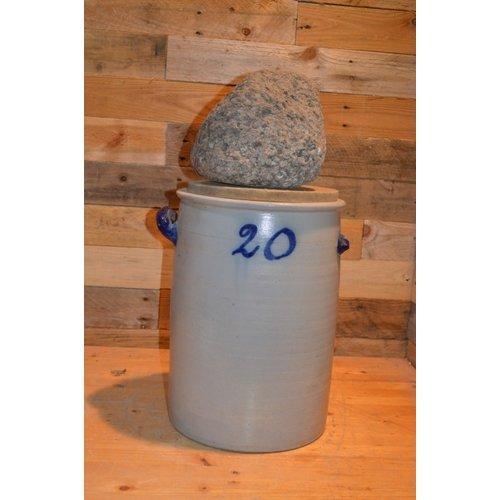 Zuurkool pot met steen en houten plank voor decoratie