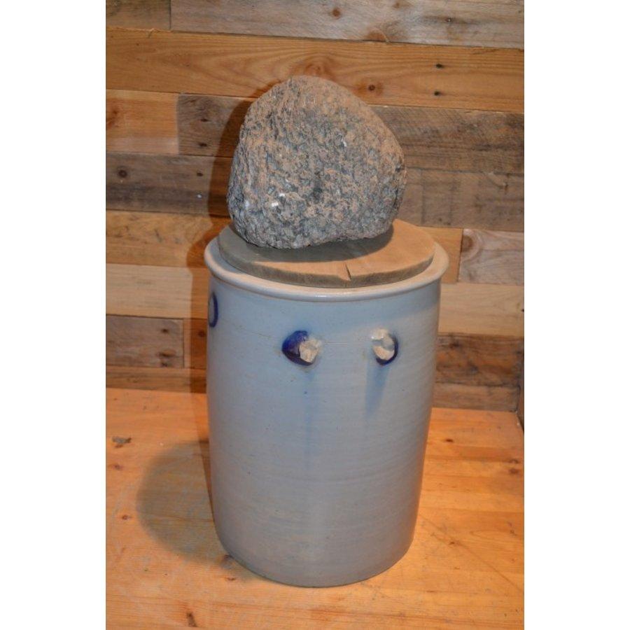 Zuurkool pot met steen en houten plank voor decoratie-2