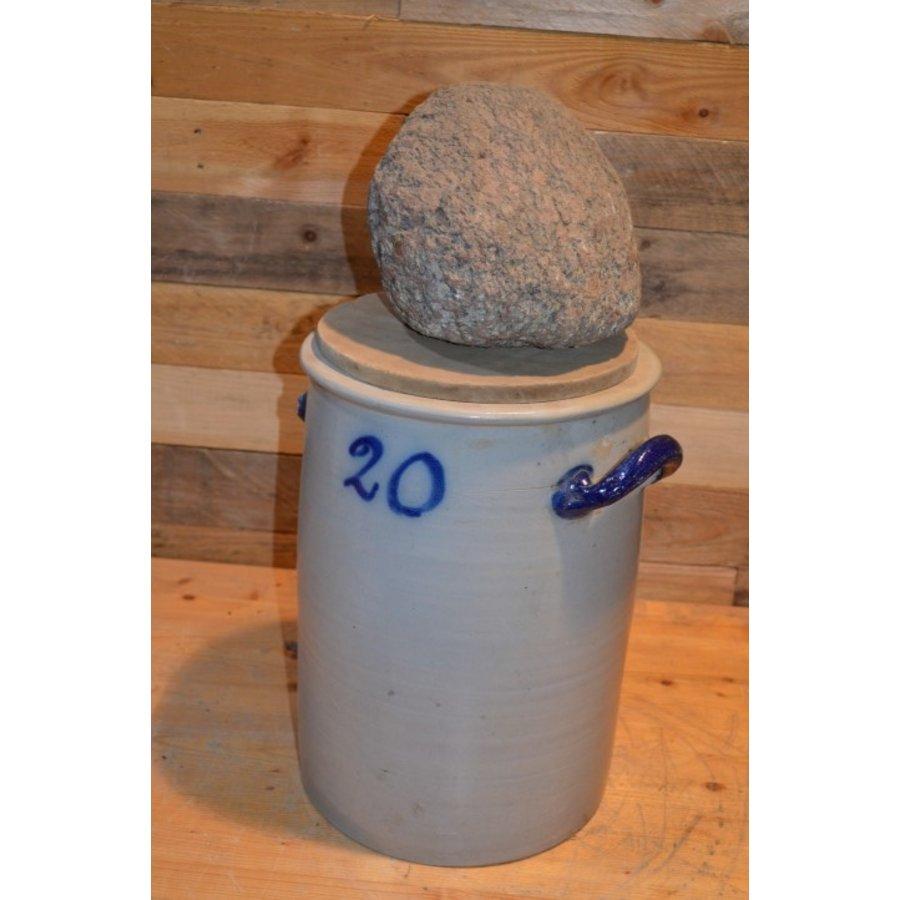 Zuurkool pot met steen en houten plank voor decoratie-3