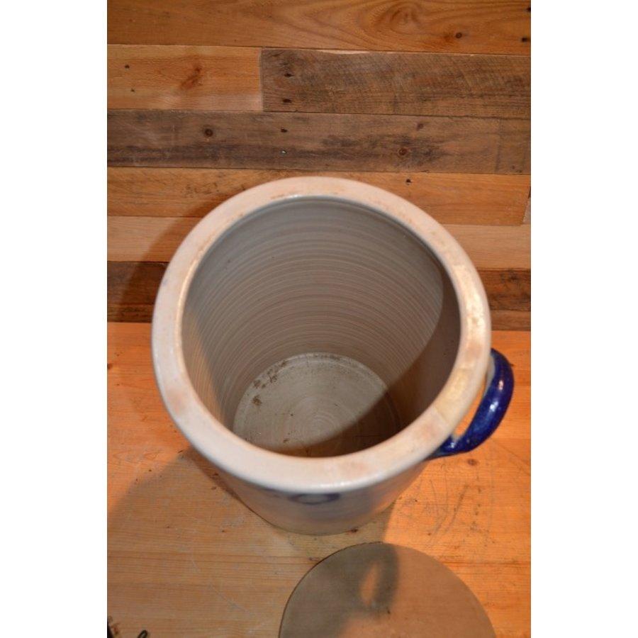 Zuurkool pot met steen en houten plank voor decoratie-5