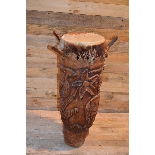 Trommel voor decoratie met sierlijk houtsnijwerk