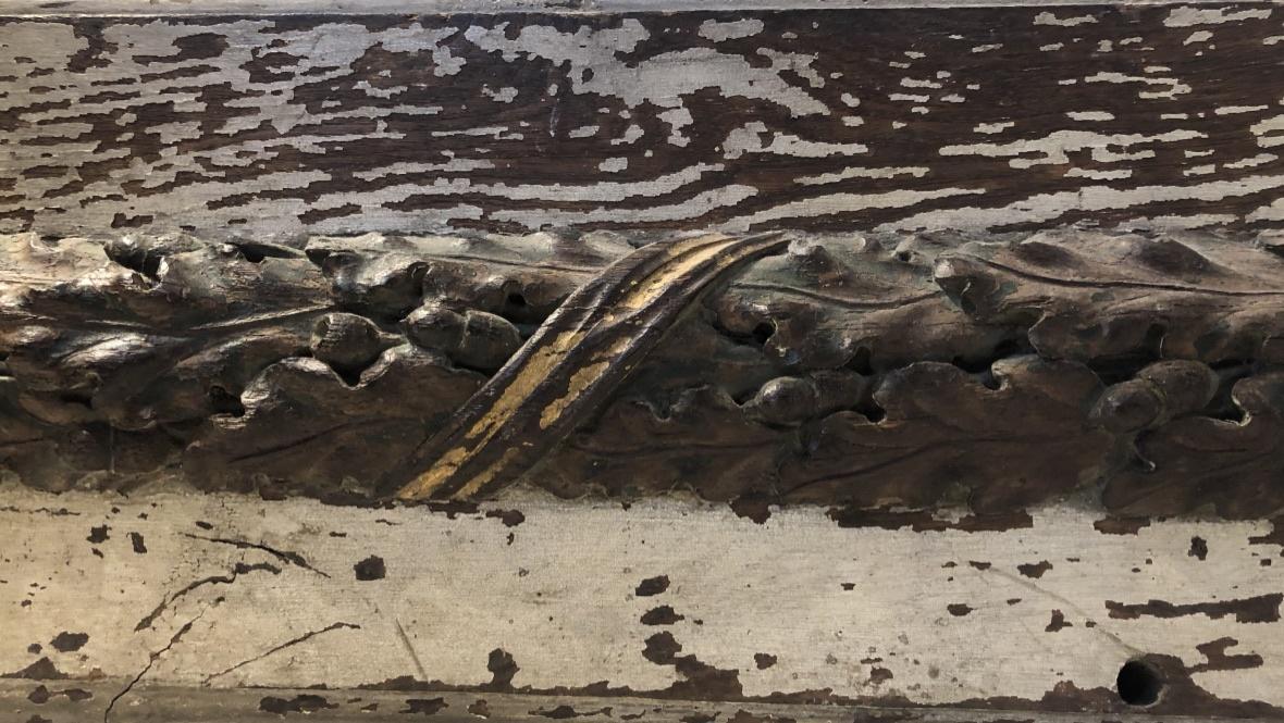 Prachtig gesneden onderdeel van oude trap