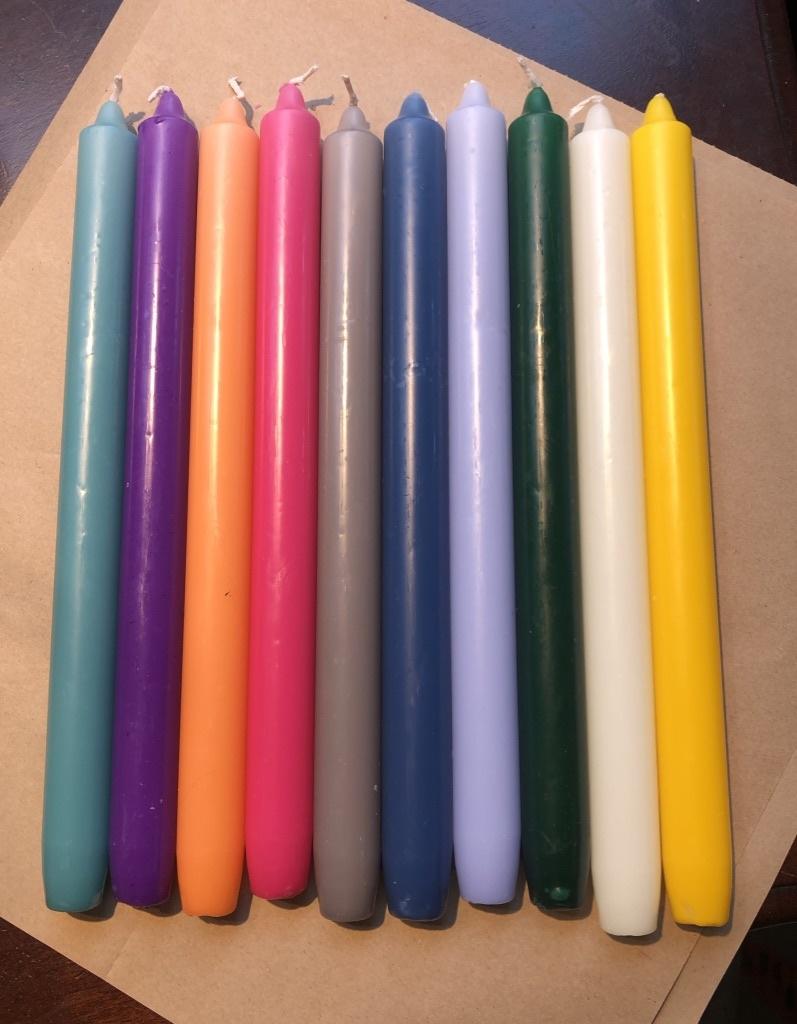 Een pakketje met 10 kaarsen in  10 verschillende kleuren