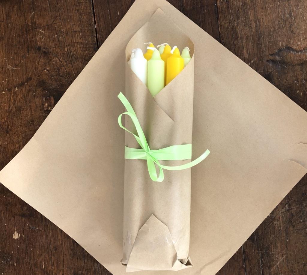 Een pakketje met 10 kaarsen die het voorjaar en/of Pasen je huis in brengen