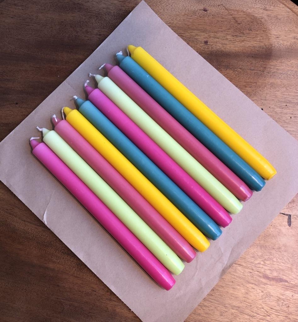 Een pakketje met 10 kaarsen die de zomer nog verder opvrolijken