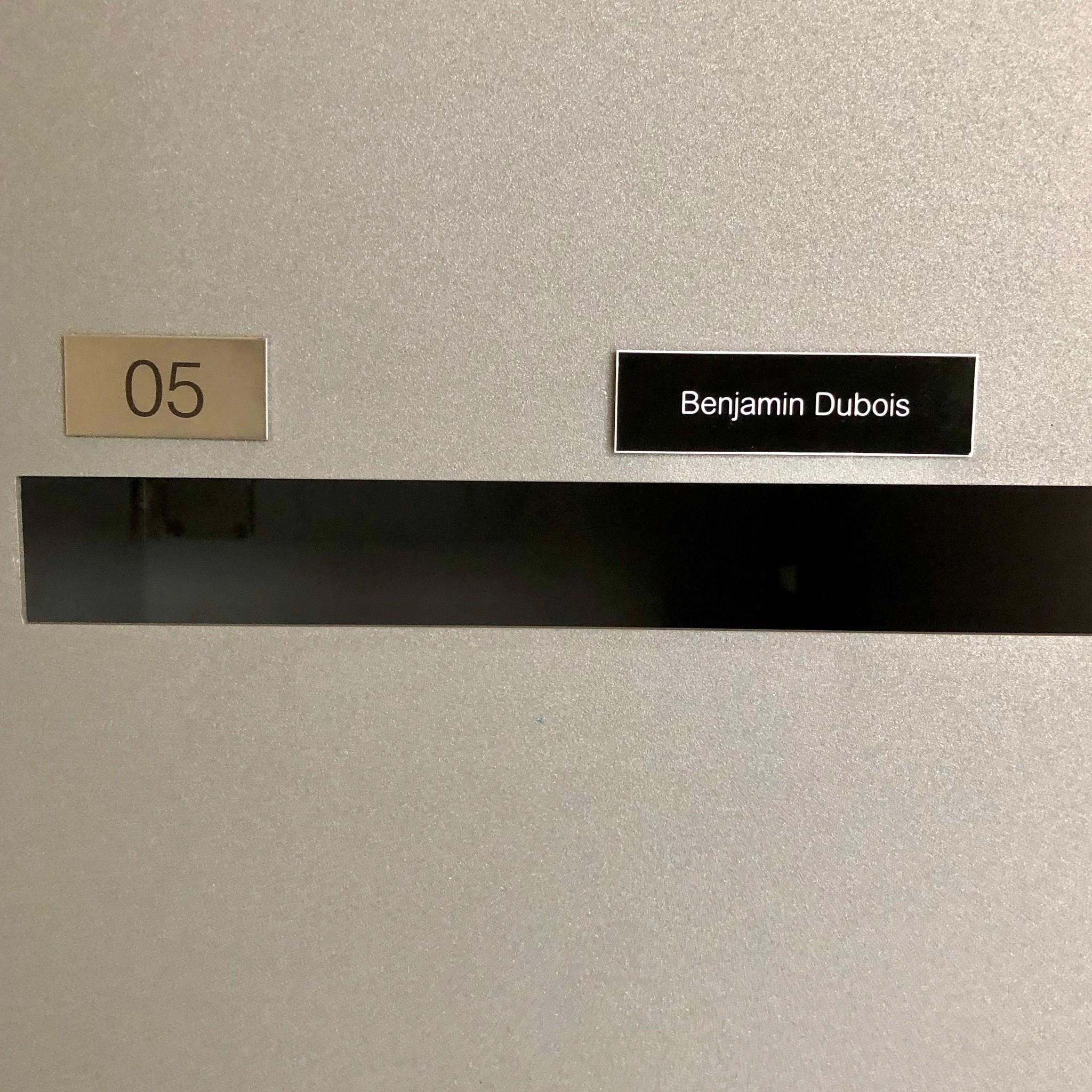 Plaque en plastique noir pour des boîtes, sonnette ou ascenseur