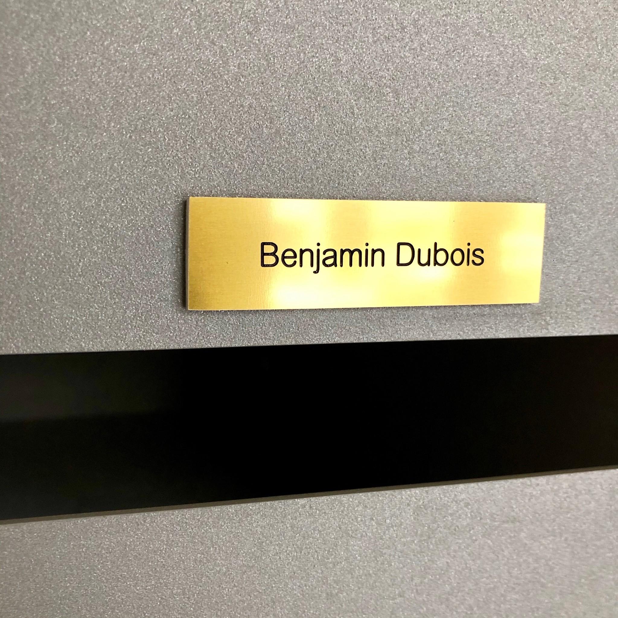 Naamplaatje in goudkleurig aluminium voor brievenbus, bel of lift