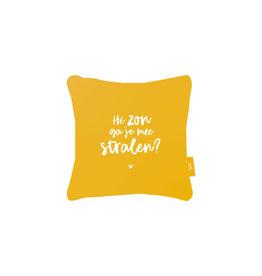Zoedt Buitenkussen okergeel met tekst 'He zon ga je mee stralen?'