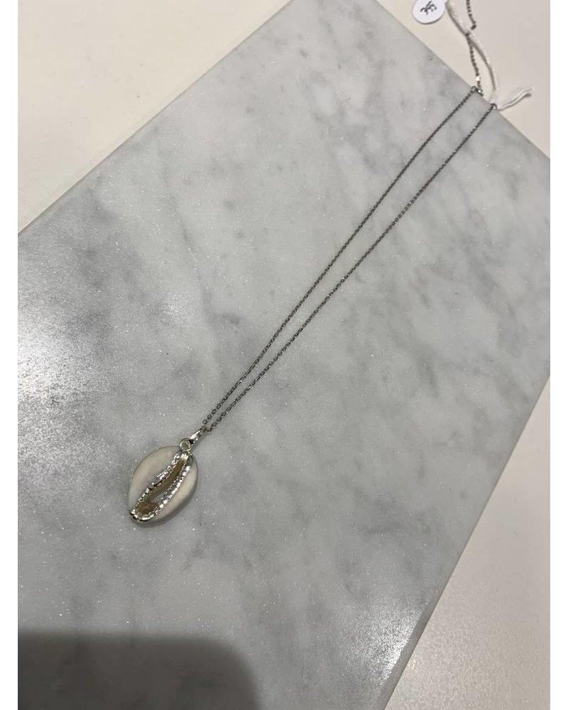 Nilu Seeshell necklace