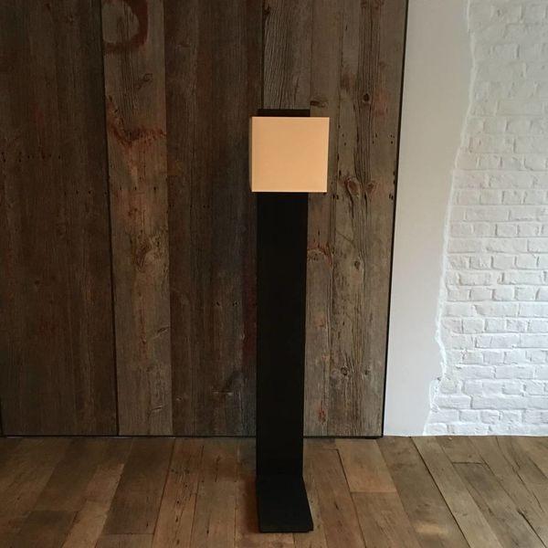 Houten staande lamp design met lampenkap