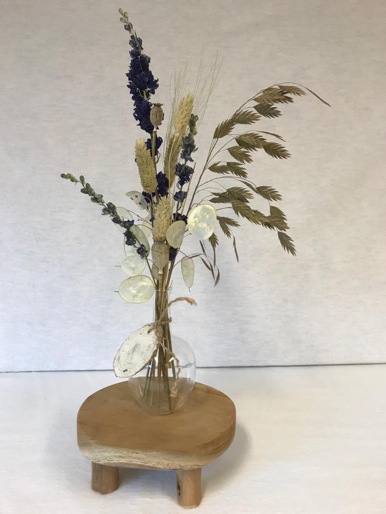 Vaasje met droogbloemen