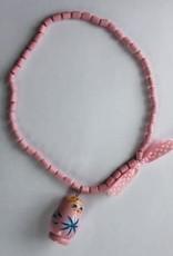 Houten ketting roze met matroesjka pop