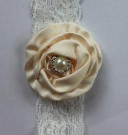 haarband wit kant met grote off white saijnen bloem en parel