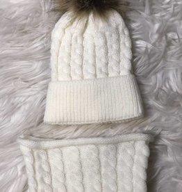 Mutsje en sjaalkraag off white gebreid met bontje