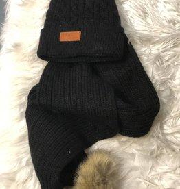 Muts en sjaal zwart gebreid met bont ballen