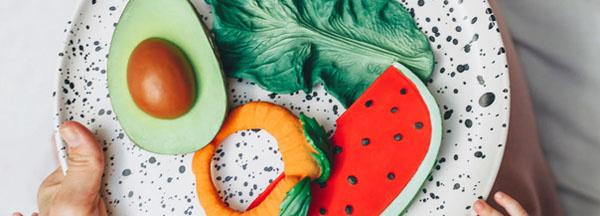 bijtspeeltjes in de vorm van groente en fruit