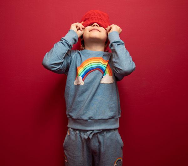 Snurk regenboog kleding bij Hoge Ramen