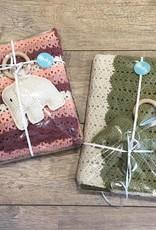 Handgemaakte babydeken + olifant rammelaar