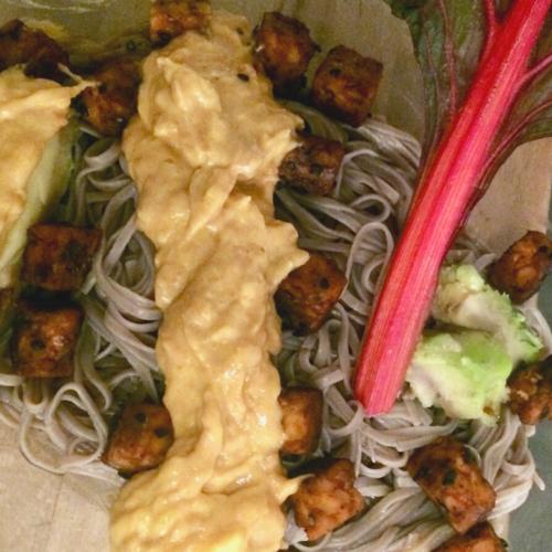 Recept: Sobanoedels met romige pinda-mangosaus