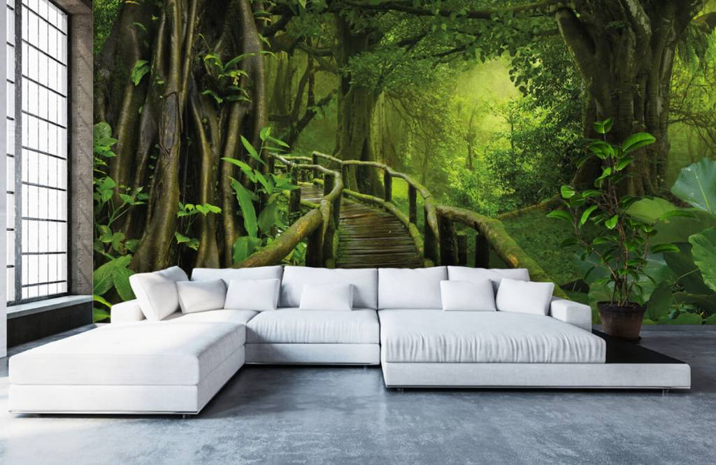 Kinderkamer Jungle Behang : Behang met een houten brug door een groene jungle fotobehang
