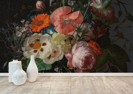 Stilleven met bloemen op een marmeren tafelblad